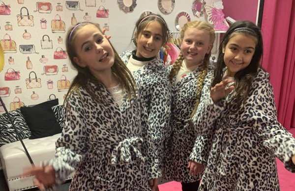 """Kindergeburtstag für 8 Kinder Kids-Spa Paket """"Glimmer & Glam"""" in Oberhausen"""